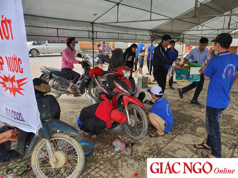 Giác Ngộ Online – Tặng quà đến đồng bào, giải cứu xe máy vùng lũ